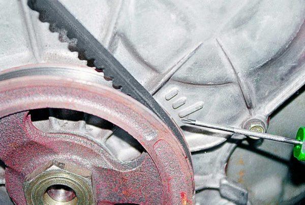 Метки на шкиве и крышке привода ГРМ