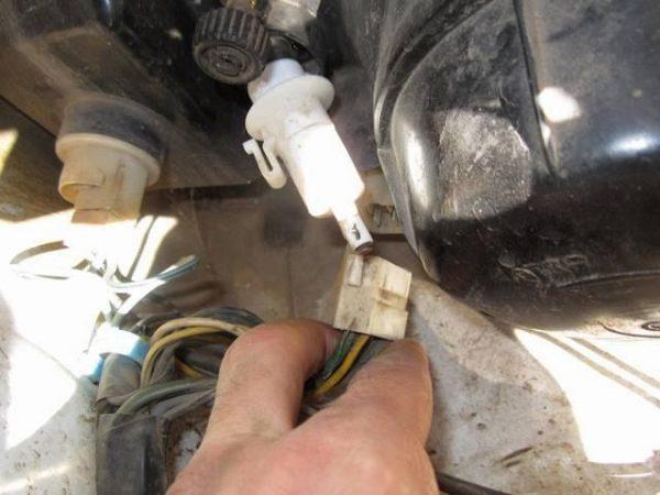 Отсоединение штекеров ламп и гидрокорректора