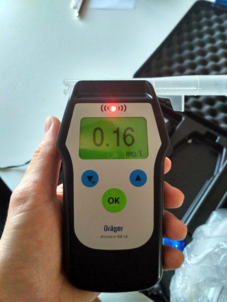 Алкотестер, показывающий 0,16 мг/л