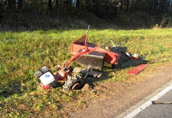 Разбившийся на дороге мотоблок с прицепом