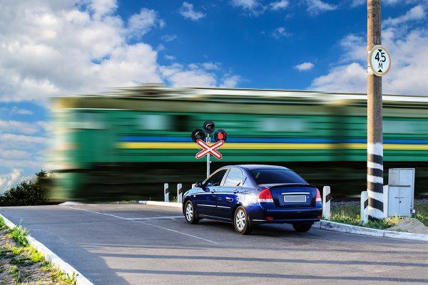 Автомобиль преред железнодорожным переездом