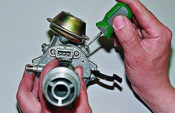 Крепление вакуумного регулятора к корпусу