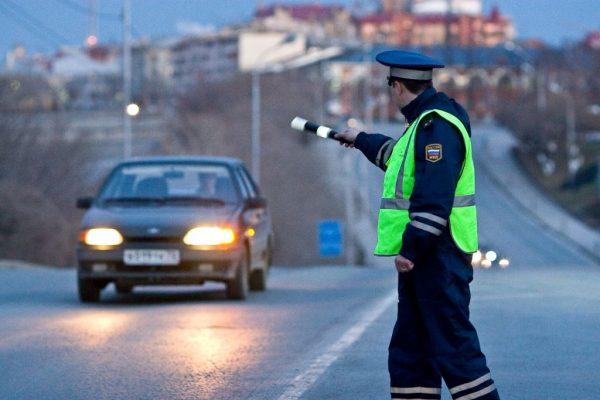 Инспектор ДПС останавливает автомобиль