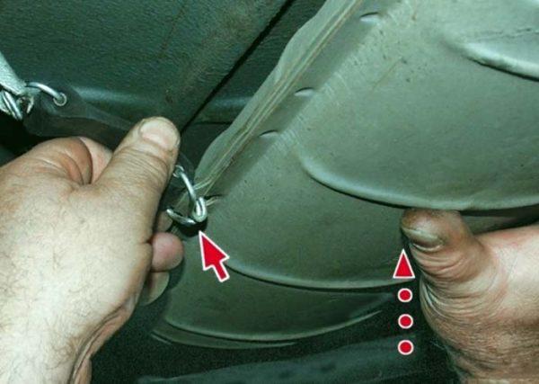 Как отцепить подвесы глушителя ВАЗ 2101—07