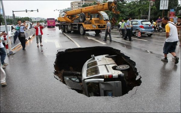Провалившийся под асфальт автомобиль