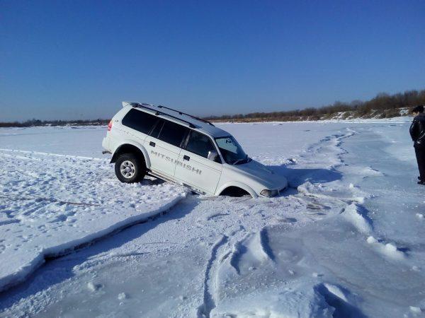 Провалившийся под лёд автомобиль