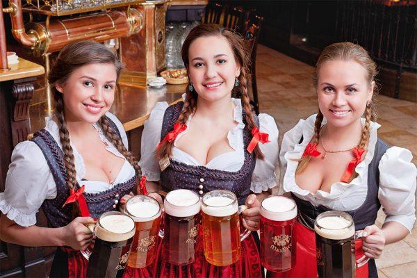 Три женщины с пивными кружками