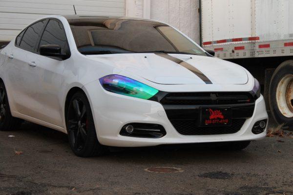 Автомобиль с тонированными передними фарами
