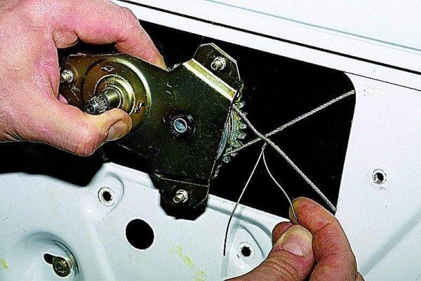 Закрепление троса проволокой при снятии стеклоподъёмника