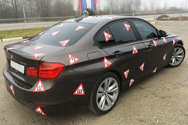 Множество знаков «Шипы» на автомобиле