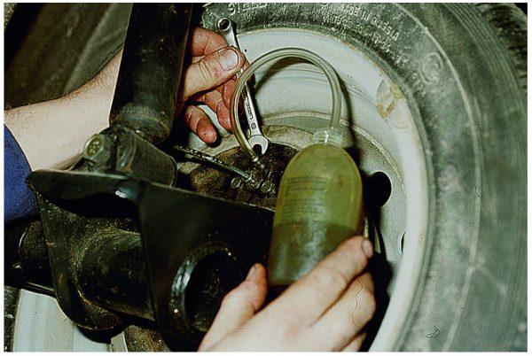 Откручивание тормозного штуцера