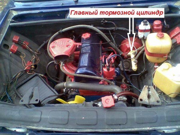 Где расположен главный тормозной цилиндр ВАЗ 2107