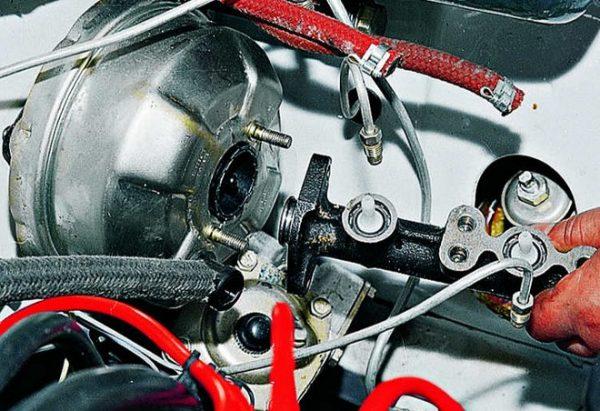 Извлечение главного тормозного цилиндра
