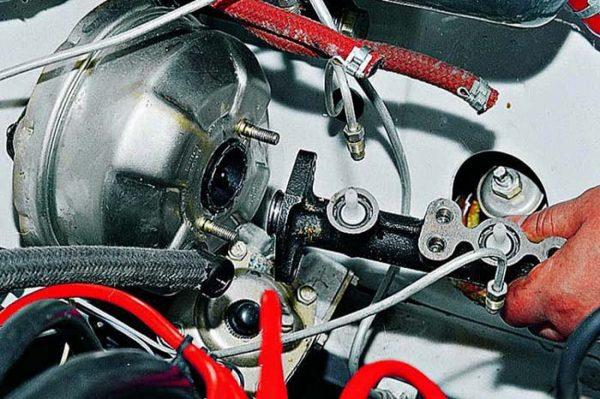 Как демонтировать главный тормозной цилиндр ВАЗ 2107