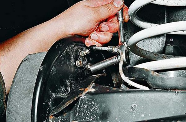 Как открутить задний тормозной цилиндр ВАЗ 2107