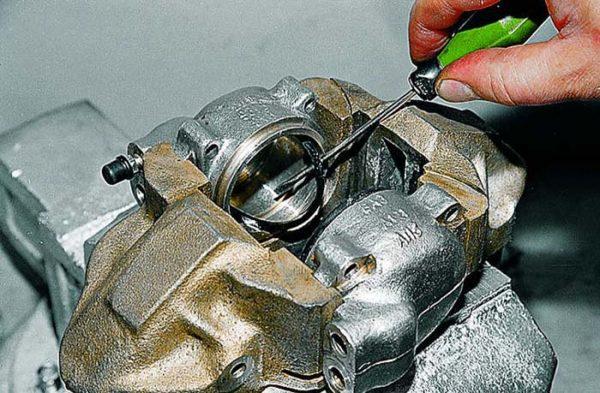 Как поменять манжеты переднего тормозного цилиндра ВАЗ 2107