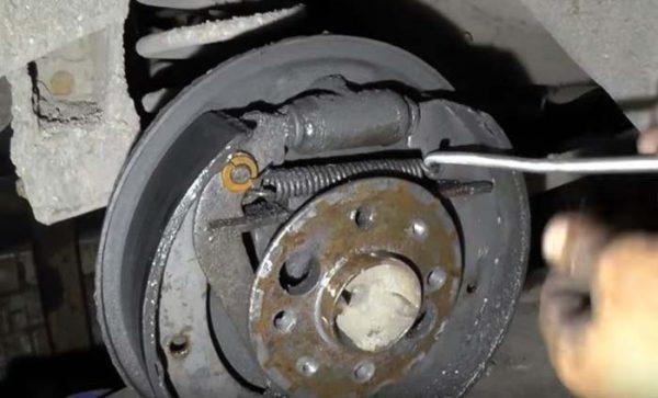 Как снять пружину тормозных задних колодок ВАЗ 2101—2107