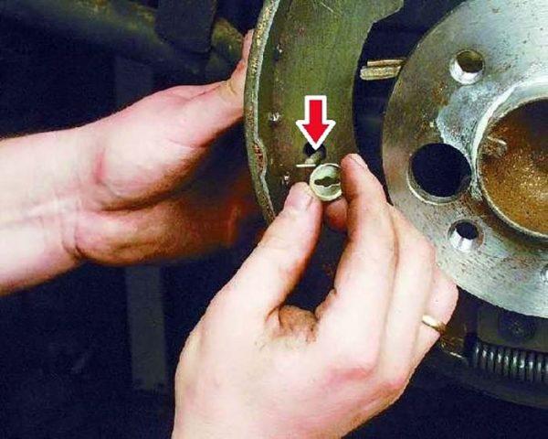 Крепление задних тормозных колодок на «семёрке»