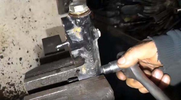 Разборка главного тормозного цилиндра ВАЗ 2107