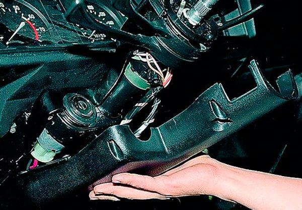 Снятие кожуха рулевой колонки