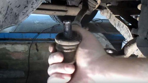 Как снять короткий наконечник рулевой тяги ВАЗ 2101—07