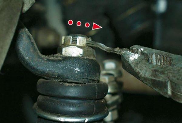 Как вынуть шплинт рулевого наконечника ВАЗ 2101—2107