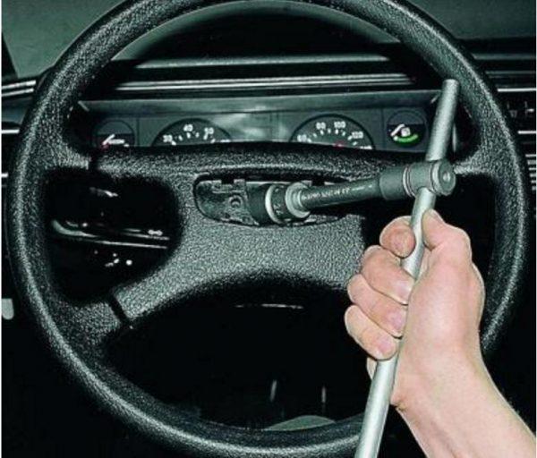 Ослабление гайки рулевого колеса