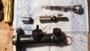 Разобранный цилиндр сцепления ВАЗ 2106