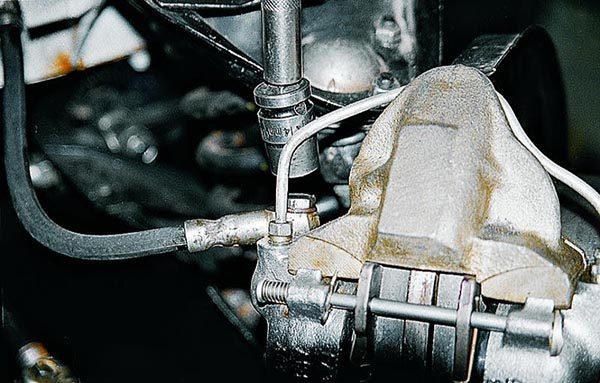 Как открутить передний патрубок тормозов ВАЗ 2107