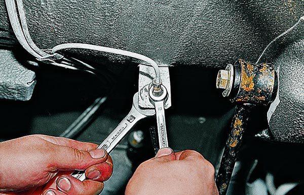 Как открутить задний тормозной шланг на ВАЗ 2107