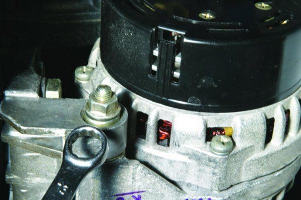 Откручивание гайки крепления к кронштейну двигателя
