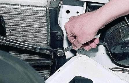 Отсоединение рамки вентилятора от корпуса вентилятора