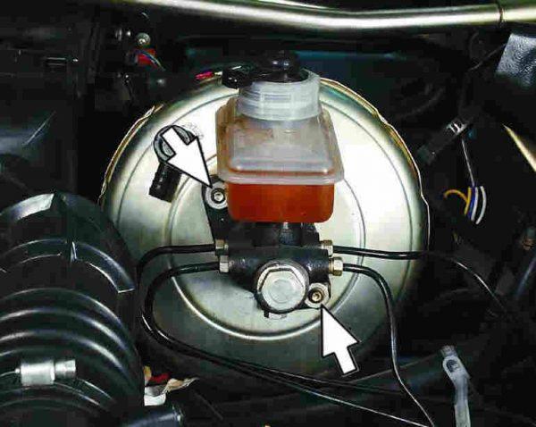 Снятие главного тормозного цилиндра