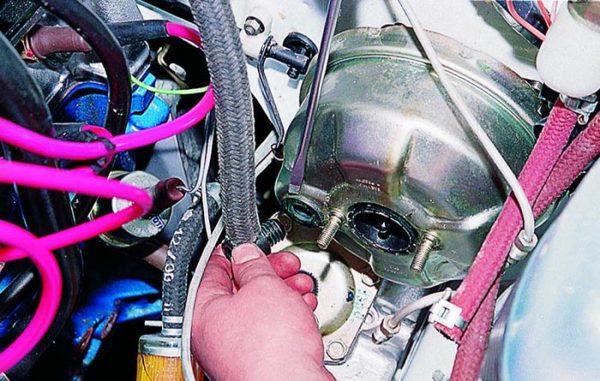 Как снять вакуумный шланг на ВАЗ 2103—2107