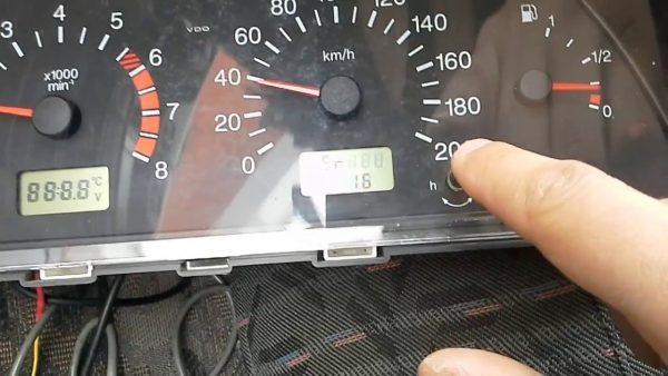 Панель приборов ВАЗ 2106 с электронным спидометром