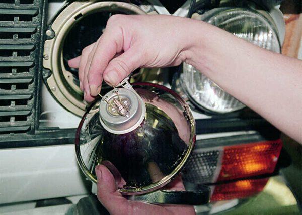 Снятие фиксатора крепления лампы фары ВАЗ 2106