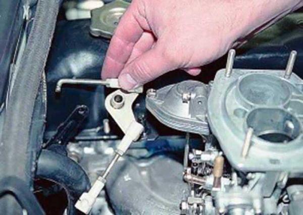 Как отсоединить тягу педали газа на ВАЗ 2106