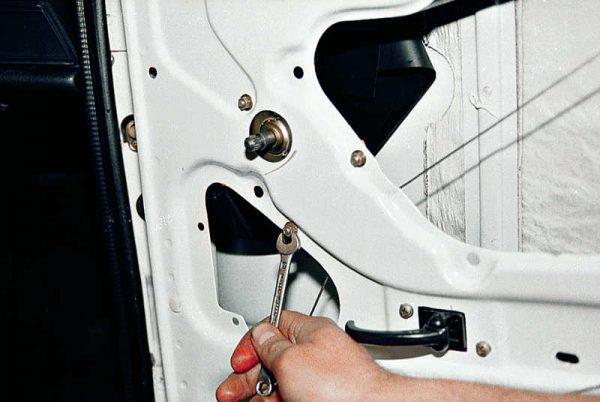 Крепление стеклоподъёмника