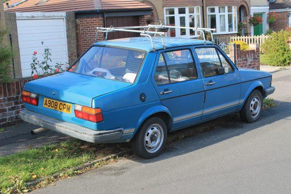 Volkswagen Jetta возле дома