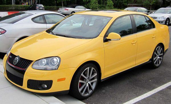 Жёлтый Volkswagen Jetta МК5