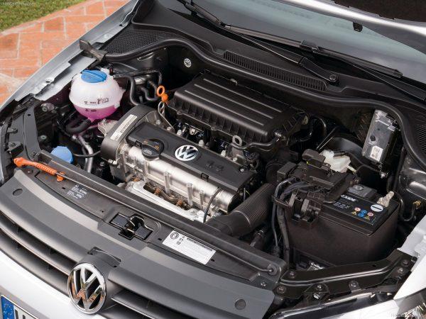 Открытый капот VW Polo GTI