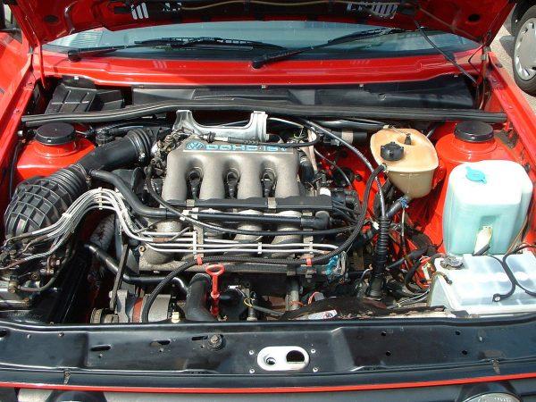 Моторный отсек Volkswagen Golf II