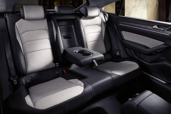 Взгляд на задние сиденья модели «Фаэтон»