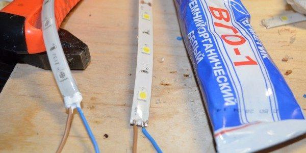 Припаяные провода на ленте и герметик