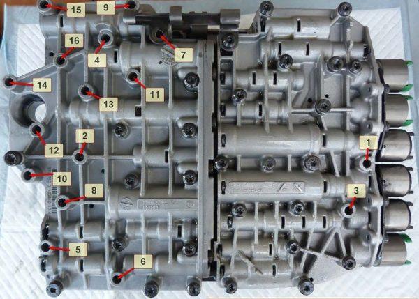 Расположение и нумерация болтов крепления плиты управления