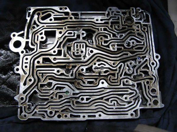 Пластина, расположенная внутри управляющей плиты
