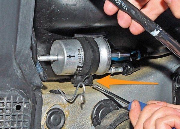 Ослабление крепёжной скобы на топливном фильтре