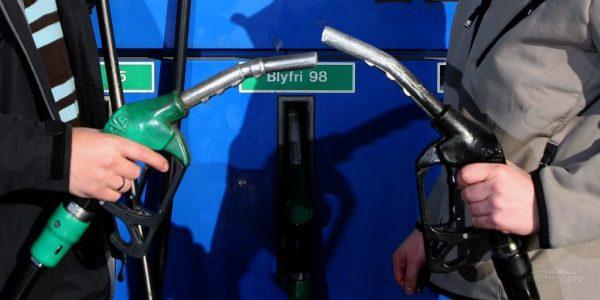 Пистолеты с бензином и соляркой на заправке
