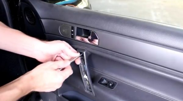 Болты крепления ручки двери