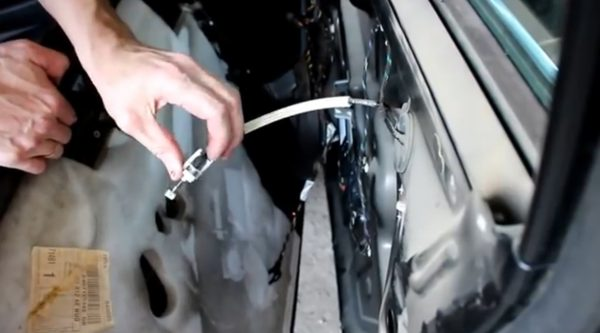 Снятие троса ручки двери